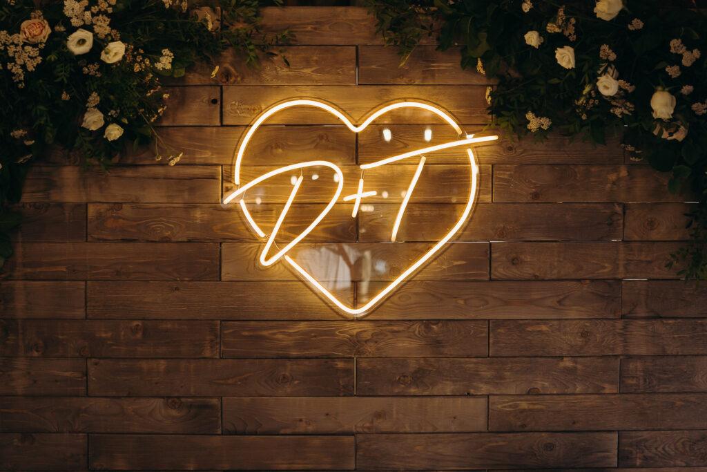 Неоновая вывеска на свадьбу: тренд 2020 года